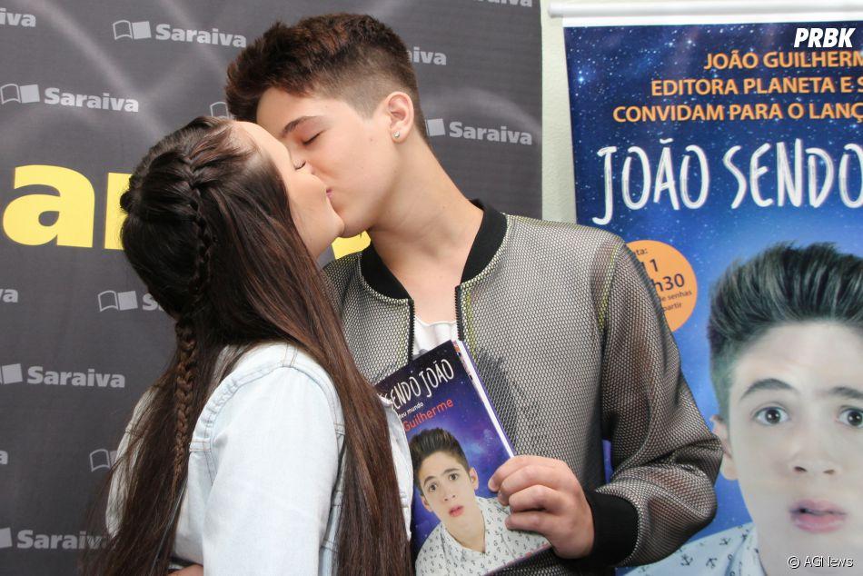 08ff68b2939a5 Larissa Manoela vai a evento de lançamento do livro de João Guilherme e  beija o namorado