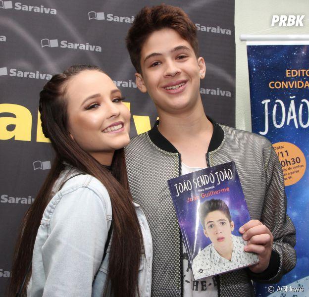 895021bc57539 João Guilherme lança primeiro livro da carreira e Larissa Manoela prestigia  o namorado!