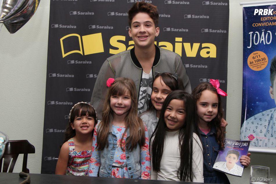 31ef314631b1d João Guilherme posou com fãs no lançamento de seu livro