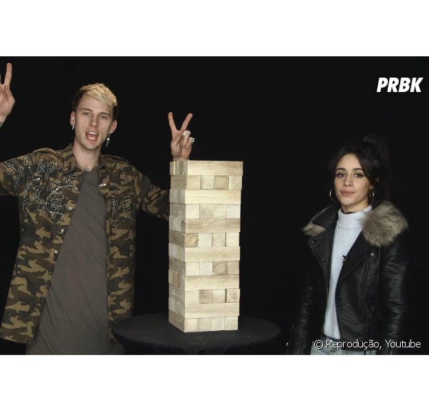 "Camila Cabello e Machine Gun Kelly brincam de ""Jenga"" e respondem perguntas sobre o hit ""Bad Things"""