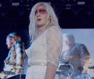 """Andrew Garfield usa peruca loira no clipe de """"We Exist"""" do Arcade Fire"""