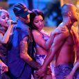 """Ariana Grande e Nicki Minaj levaram dançarinos sem camisa para sua performance de """"Side To Side"""" noAmerican Music Awards 2016"""