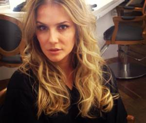 A atriz Deborah Secco usou a sua conta no Instagram para mostrar seu novo visual
