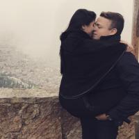 """Do """"BBB16"""", Munik Nunes posa agarrada com o namorado durante 1ª viagem internacional!"""