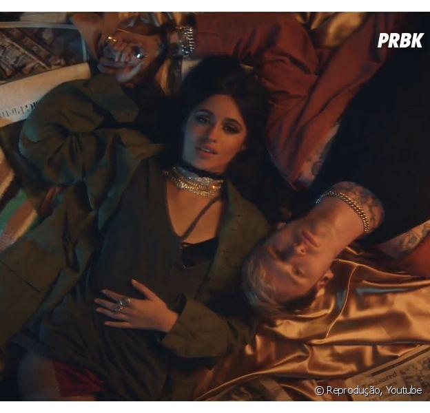 """Camila Cabello e Machine Gun Kelly vivem romance cheio de aventuras em """"Bad Things"""""""