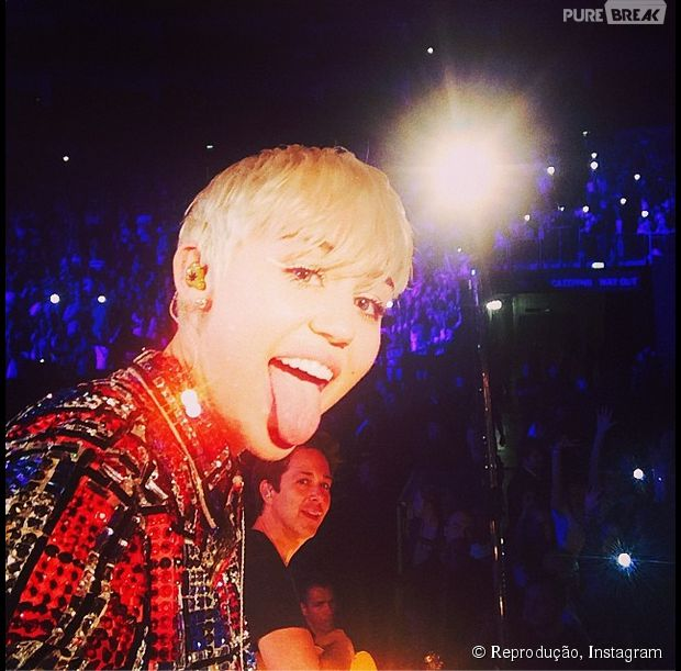 Miley Cyrus vive colocando a língua para fora