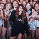 Selena Gomez surpreende fãs e distribui selfies após jantar em um restaurante no Texas!