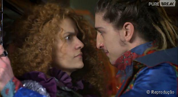"""Em """"Meu Pedacinho de Chão"""", Gina (Paula Barbosa) não está facilitando para Nando (Johnny Massaro)"""