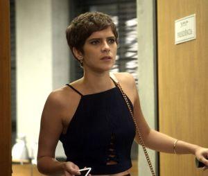 """Em """"A Lei do Amor"""": Letícia (Isabella Santoni) descobre que o câncer voltou e precisa raspar a cabeça!"""