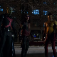 "Em ""The Flash"" e ""Supergirl"": Kara e Barry se aliam ao Caçador de Marte em novo vídeo!"