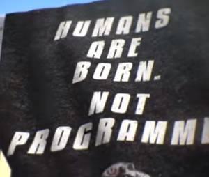 """""""R.I.F.T.: Humans Are Born, Not Programmed"""" simula campanha contra uso de internet"""