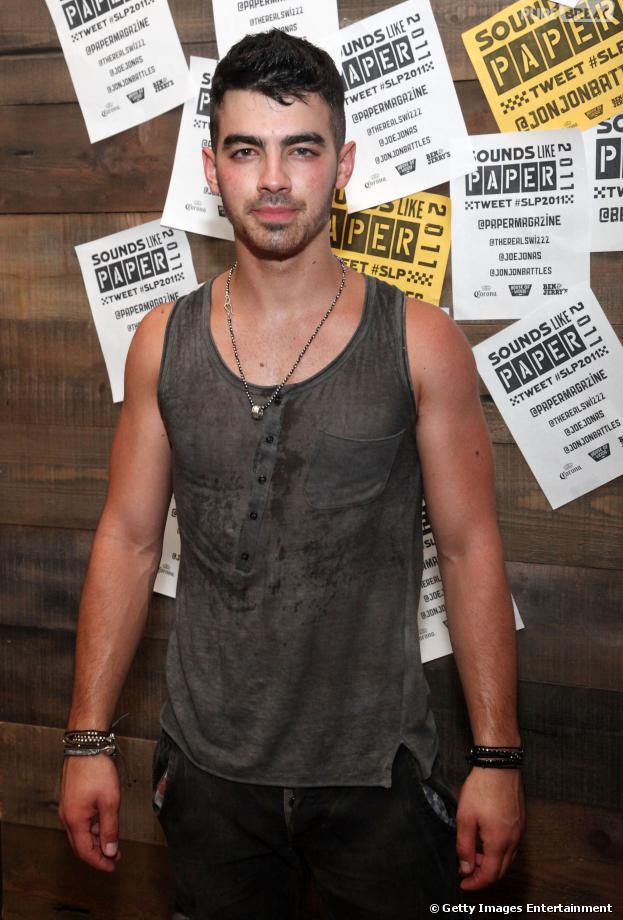 Joe Jonas não quis se pronunciar sobre o cancelamento repentino da tunê dos Jonas Brothers durante um evento de gala, nesta quinta-feira 17 de outubro de 2013