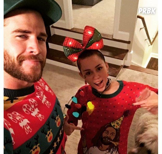 Miley Cyrus e Liam Hemsworth estão sempre juntos, até mesmo quando usam uma roupinha natalina <3