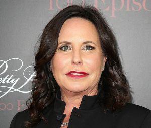 """De """"Pretty Little Liars"""": Marlene King, produtora executiva da série, fala sobre um tropeço que desencadeou o spoiler ao público"""