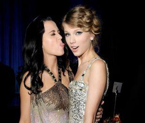 """Taylor Swift volta aos serviços de streaming no dia do lançamento de """"Witness"""", da Katy Perry!"""