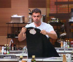 """No """"MasterChef Brasil"""": Fernando deixa o reality sob forte comoção dos colegas!"""