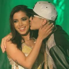 Anitta convida MC Gui para o palco e ganha beijinho do cantor!