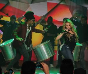 "Shakira apresentou ""Dare (La La La"", a música tema da Copa do Mundo 2014 junto com Carlinhos Brown no ""Fantástico"""
