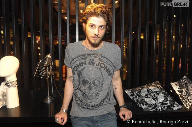 Chay Suede faz pocket show em São Paulo