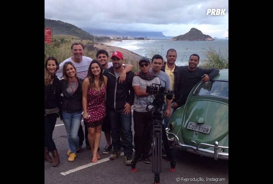 """Na novela """"Em Família"""", Bruno Gissoni publicou uma foto junto com Polliana Aleixo e a equipe da trama na qual dá pra ter uma ideia do final de André e Bárbara"""