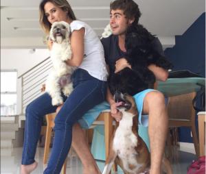Rafael Vitti e Tatá Werneck aparecem juntinhos em fofo fofa ao lado dos cachorros de estimação!