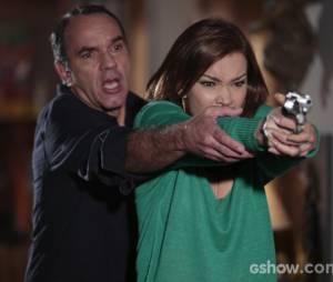 """Será que Helena (Julia Lemmertza) é a atiradora misteriosa de Laerte (Gabriel Braga Nunes) na trama de """"Em Família""""?"""