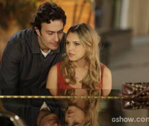 """Na história de """"Em Família"""", Lívia (Louise D'Tuani) é uma das suspeitas de ter atirado em Laerte (Gabriel Braga Nunes)"""