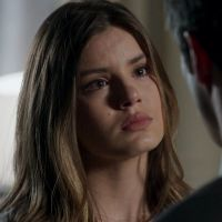 """Novela """"Pega Pega"""": Luiza (Camila Queiroz) descobre segredo de Eric (Mateus Solano) e fica chocada!"""