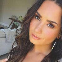 Demi Lovato aparece de mãos dadas com mulher e fãs pensam em romance