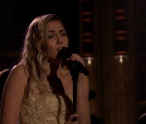 """Miley Cyurs canta """"The Climb"""" em tributo às vítimas do atentado em Los Angeles"""