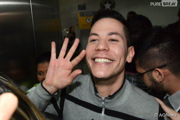 Christian Chávez esbanjando sorrisos no Aeroporto de Guarulhos