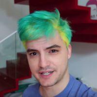 Felipe Neto alcança 15 milhões de inscritos e comemora pintando o cabelo de néon!