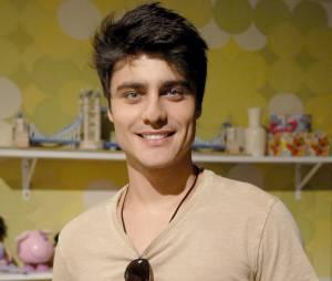 """Com o cabelo curto nas laterais e cheio em cima, Guilherme Leicam encarnou em Vitor na novelinha teen """"Malhação"""", em 2013"""