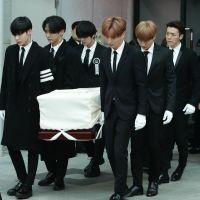Integrantes do SHINee carregam caixão de Jonghyun em funeral e fãs se emocionam