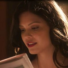 """Novela """"Tempo de Amar"""": Maria Vitória (Vitoria Strada) vê Vicente e Carolina juntos e fica irritada"""