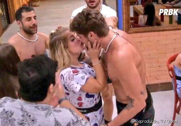 """No """"BBB18"""", Breno e Jaqueline dão o primeiro beijo da edição durante jogo de Verdade ou Consequência"""