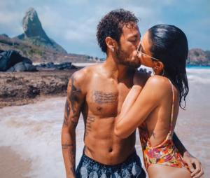 Bruna Marquezine e Neymar Jr. namoram à distância. Enquanto a atriz mora no Rio de Janeiro, o jogador vive em Paris, na França