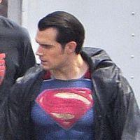 """""""Batman v Superman"""": Henry Cavill surge com uniforme do Homem de Aço no set"""