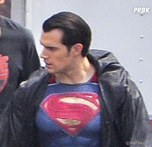 """Henry Cavill veste novo uniforme do Homem de Aço em set de """"Batman v Superman"""""""