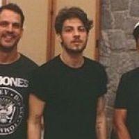 Chay Suede se diverte com amigos nas gravações do seu EP em São Paulo