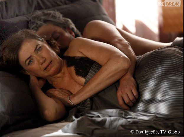 Na cama, Maria Marta (Lilia Cabral) revela que José Alfredo (Alexandre Nero) não é o pai de um de seus filhos