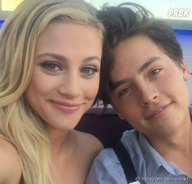 """Lili Reinhart e Cole Sprouse, a Betty e o Jughead de """"Riverdale"""", se conheceram nas filmagens da série e acabaram se apaixonando na vida real!"""