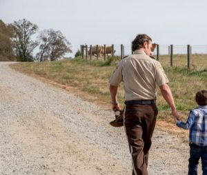 "Em ""The Walking Dead"", Carl (Chandler Riggs) aparece na season finale!"