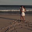 """Arthur Aguiar e Mayra Cardi se beijam e anunciam gravidez no clipe """"Maior Presente Que Deus Me Deu"""""""