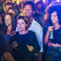 """Novela """"Segundo Sol"""": Luzia volta ao Brasil como Ariella e faz show para filha"""