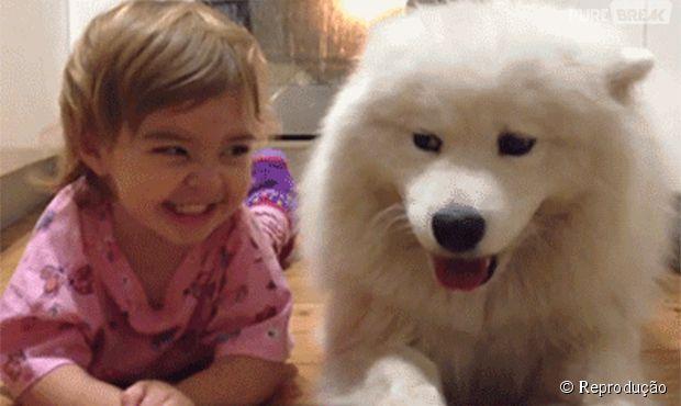 Essa criança e esse cachorro são melhores amigos!