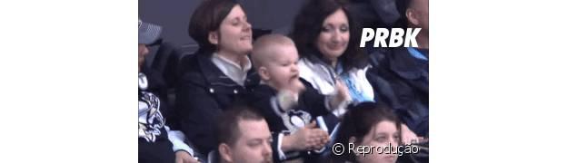 Bebê faz comemoração engraçada em estádio