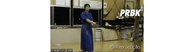 Aluna comemorando golpe com espada