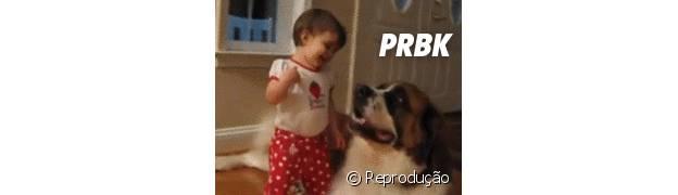 Esse bebê abraçando um cachorro que é três vezes maior que ele