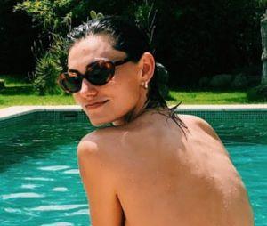 """Phoebe Tonkin, de """"The Originals"""", curte feriado de 4 de julho nos EUA fazendo topless à beira da piscina"""